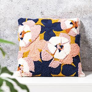 Punch Needle Kissen mit Blumenmotiv