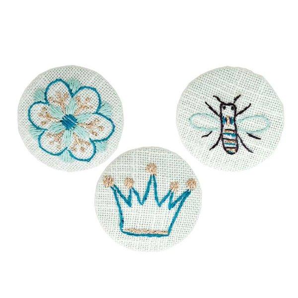 Rico Design Stickpackung Knöpfe Blüte-Biene-Krone 4cm